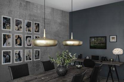nowoczesna lampa z płaskim kloszem w kolorze mosiądzu - aranżacja ciemna szarość salon