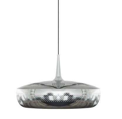 srebrna lampa wisząca z dużym, płaskim kloszem, lakierowana