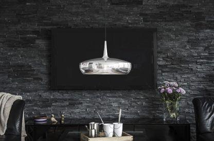 chromowana lampa nowoczesna z płaskim kloszem - aranżacja salon ciemna szarość