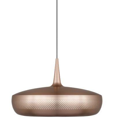 miedziana lampa z płaskim, dużym kloszem w stylu nowoczesnym