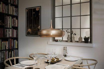 miedziana lampa wisząca z płaskim kloszem, styl nowoczesny - aranżacja jadalnia