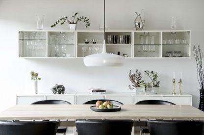 biała lampa wisząca w skandynawskim stylu, płaski klosz - aranżacja jasna kuchnia