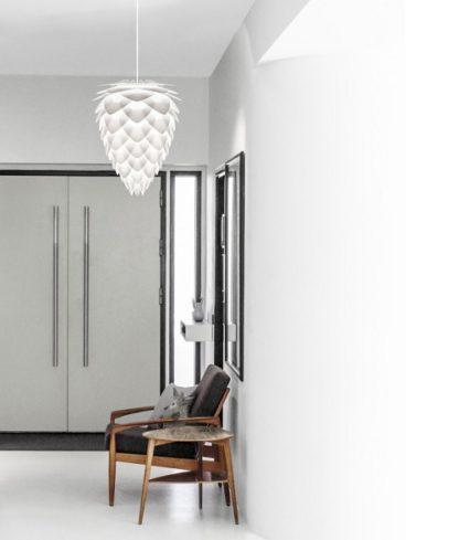 lampa wisząca w kształcie szyszki, biały klosz w stylu scandi - aranżacja jasne wnętrze