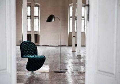 prosta lampa podłogowa na cienkiej podstawie, czarny mat, styl modern mid century