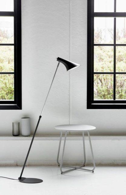 lampa podłogowa w stylu nowoczesnym, chromowana podstawa, czarny, matowy klosz - aranżacja