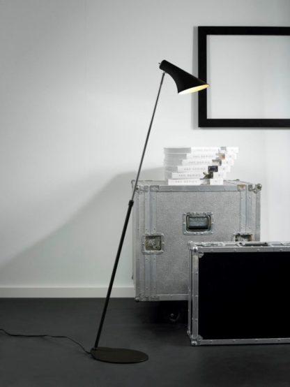 lampa podłogowa w stylu industrialnym, czarny matowy klosz i chromowana podstawa - aranżacja