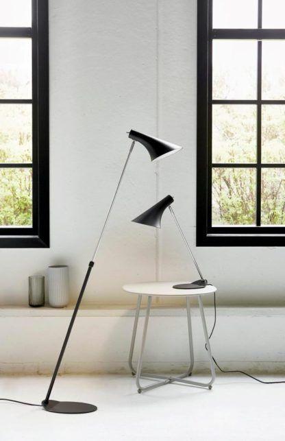 skandynawska lampa z czarnym kloszem i chromowanymi detalami - aranżacja