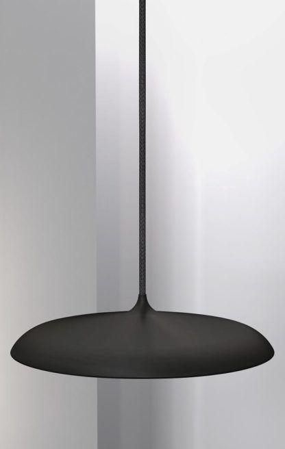 czarna lampa wisząca nad stół, płaski klosz, matowa