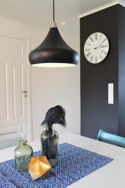 czarna lampa wisząca z białym wnętrzem, styl skandynawski