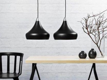 czarna lampa w stylu nowoczesnym, stożkowy kształt, chromowane detale - aranżacja black&white