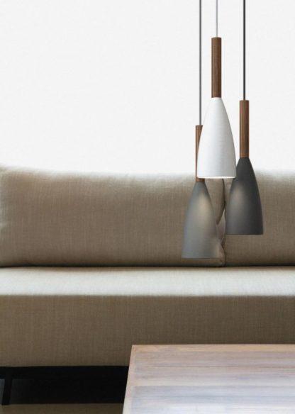 czarna lampa z podłużnym kloszem i drewnianymi detalami - aranżacja
