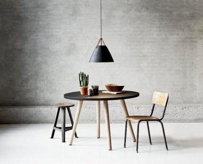 stożkowa lampa wisząca, czarny, matowy klosz w stylu nowoczesnym - aranżacja industrialna