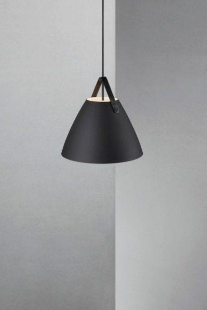 nowoczesna lampa wisząca z czarnym kloszem, stożkowy kształt