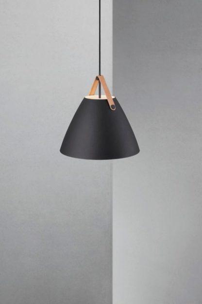 czarna lampa z jasnobrązowym detalem, styl skandynawski