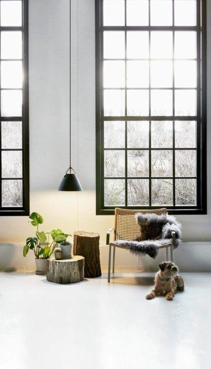 czarna lampa wisząca, klosz stożkowy w stylu skandynawskim - aranżacja
