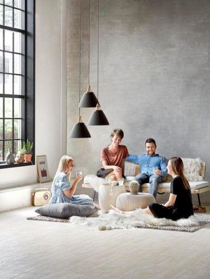 czarna lampa wisząca ze stożkowym kloszem, styl skandynawski - aranżacja