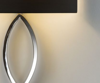 kinkiet w stylu modern classic, ozdobna, srebrna podstawa i nastrojowy, czarny abażur
