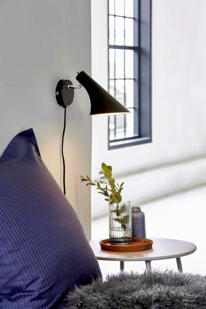 czarny kinkiet w stylu skandynawskim, klosz asymetryczny - aranżacja sypialnia