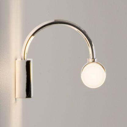 kinkiet zakrzywiony w łuk, idealny nad lustro w łazience, srebrna podstawa i biały klosz