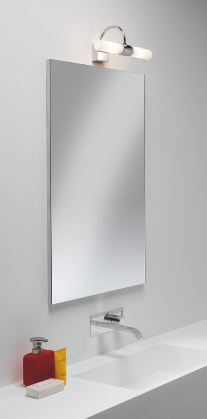 podłużny kinkiet z mlecznego szkła do łazienki, srebrna podstawa