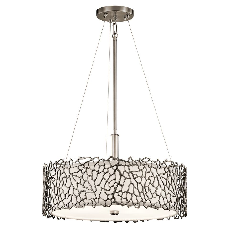 elegancka lampa wisząca z ażurowym, metalowym wzorem dookoła klosza, srebrna - aranżacja kuchnia