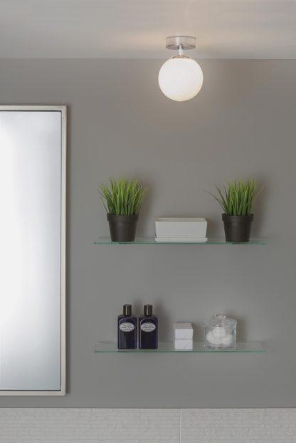 mała lampa sufitowa do łazienki, okrągły klosz z białego szkła