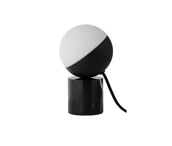 designerska lampa stołowa z kloszem kulą z mlecznego szkła, czarno-biała