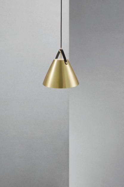 złota lampa wisząca w nowoczesnym stylu, stożkowy klosz w połyskującym wykończeniu