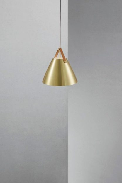 nowoczesna lampa wisząca, stożkowy, złoty klosz zawieszony na skórzanym, brązowym pasku