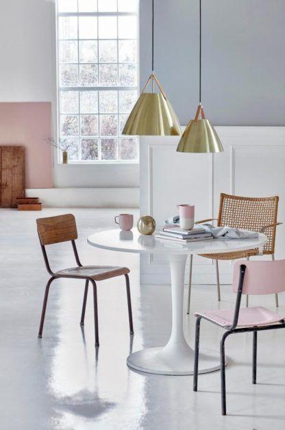 złota lampa wisząca w stylu nowoczesnym - aranżacja pastelowy salon