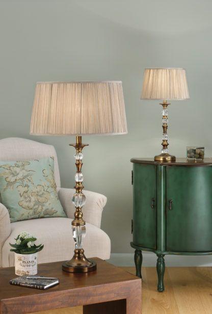 lampa o mosiężnej i szklanej podstawie oraz dużym beżowym abażurze