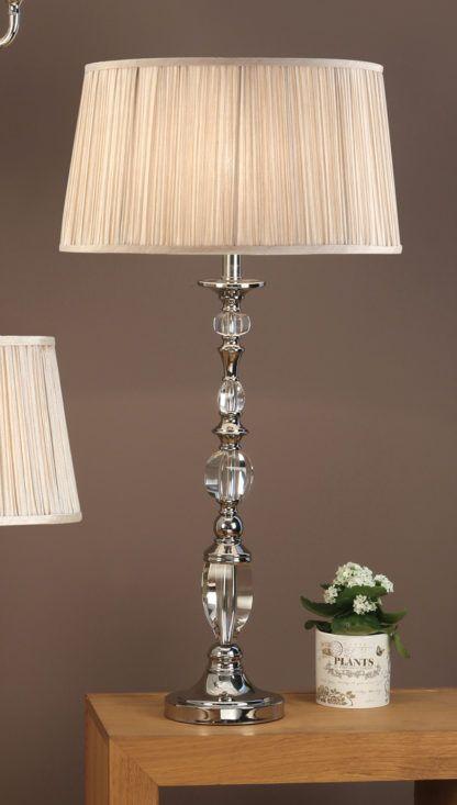 srebrna klasyczna lampa stołowa ze szklanymi detalami i dużym materiałowym abażurem