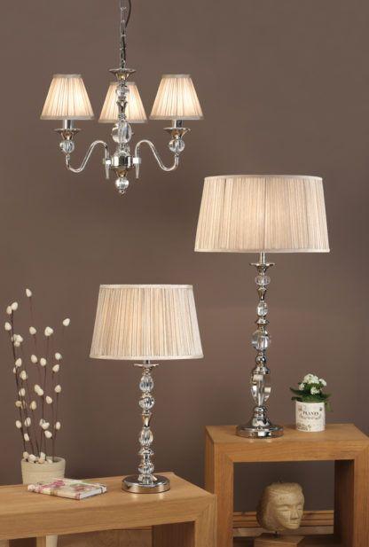 aranżacja - metalowa lampa stołowa w kolorze srebrnym z dużym abażurem