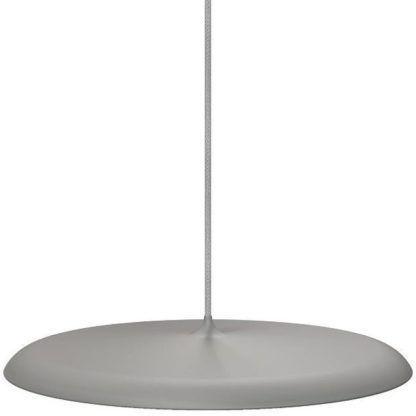 płaska lampa wisząca z szarym,matowym kloszem nad stół