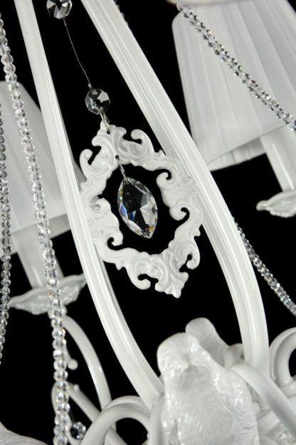 kryształy i zdobienia na żyrandolu rozłożystym
