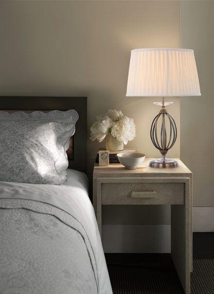 lampa stołowa z metalową, ażurową podstawą i plisowanym abażurem -aranżacja sypialnia