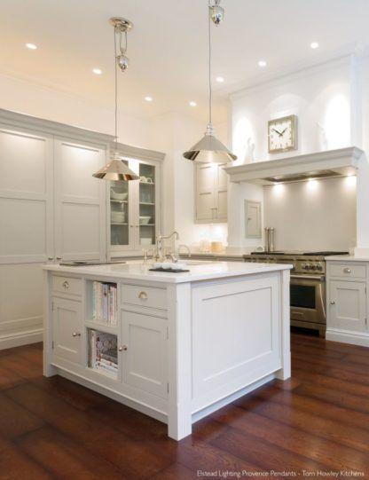srebrna, połyskliwa lampa wisząca z mechanizmem do zmieniania długości - aranżacja kuchnia biała