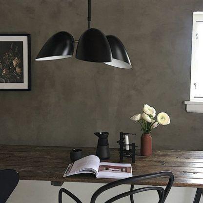 lampa wisząca z trzema czarnymi kloszami - aranżacja