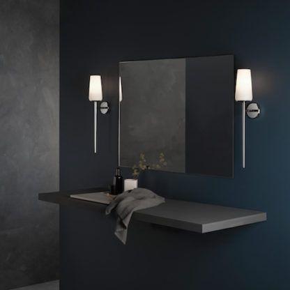 elegancki kinkiet z długą, pionową podstawą i jasnym abażurem, do łazienki - aranżacja