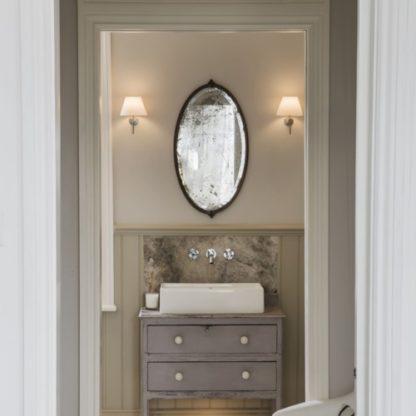 elegancki kinkiet z kloszem z mlecznego szkła - aranżacja klasycznej łazienki