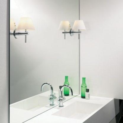 kinkiet łazienkowy z kloszem otwartym na dół, mleczne szkło, chromowana podstawa