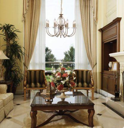 srebrny żyrandol w klasycznym stylu, kute detale - aranżacja salon pałacowy