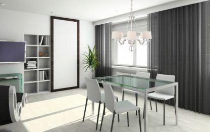 elegancki żyrandol modern classic, białe abażury, srebrna podstawa i szklane dekoracje - aranżacja salon nowoczesny