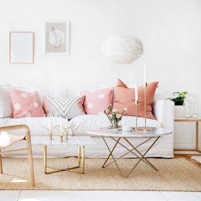 duża lampa wisząca z białych piór, styl skandynawski - aranżacja pastelowy salon