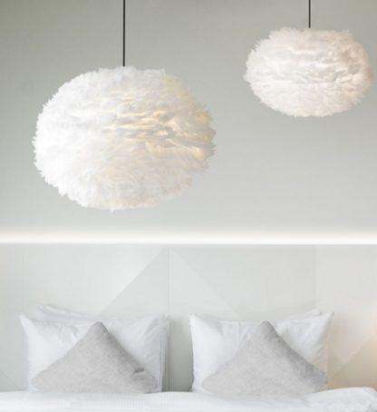 lampa wisząca z białych piór - aranżacja, biała sypialnia