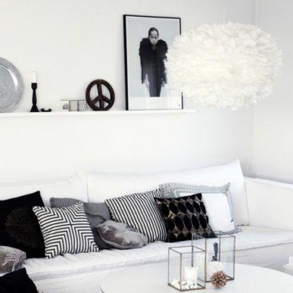 biała lampa wisząca, klosz w kształcie kuli z naturalnych piór -aranżacja salon biało-czarny