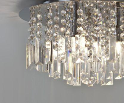 plafon w stylu glamour, zwisające kryształki w formie kulek i prostokątów