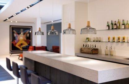 transparentna lampa wisząca z szarego, barwionego szkła - nowoczesna aranżacja