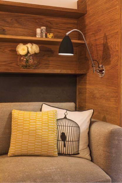 nowoczesny kinkiet na srebrnym ramieniu, czarny abażur - aranżacja salon w drewnie