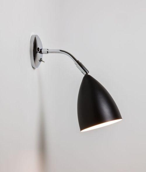 nowoczesny klosz z zakrzywioną, srebrną podstawą i czarnym kloszem otwartym na dół - aranżacja sypialnia